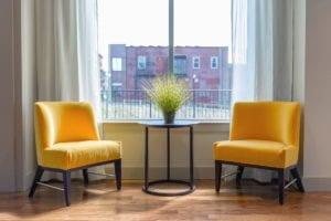 okergeel meubels