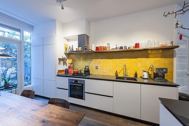 Gele zellige keuken