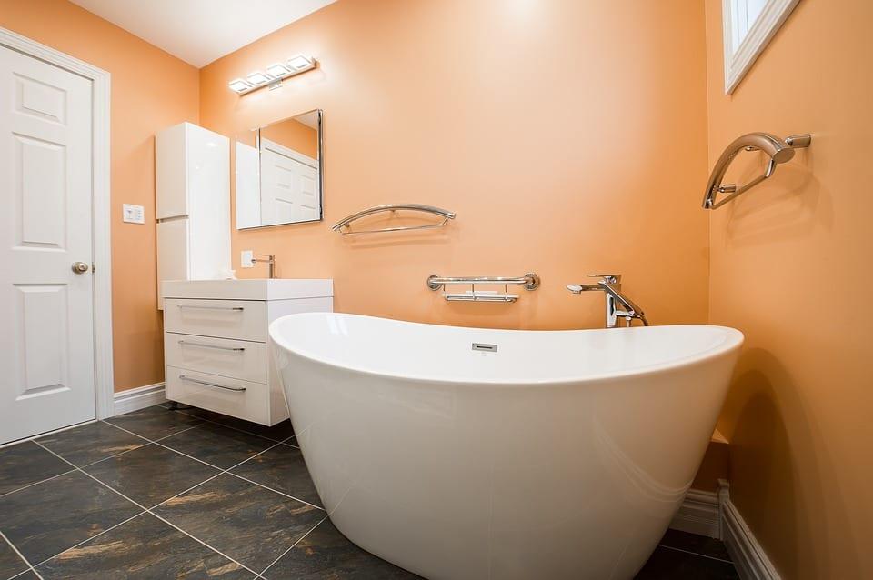 oranje stucwerk badkamer