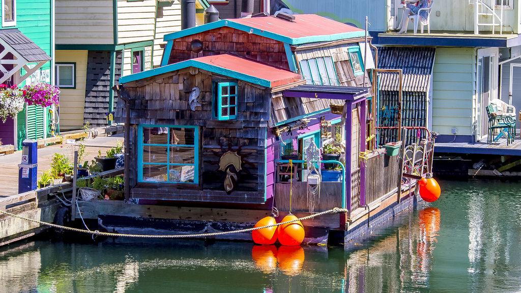 Kleurrijke woonboot