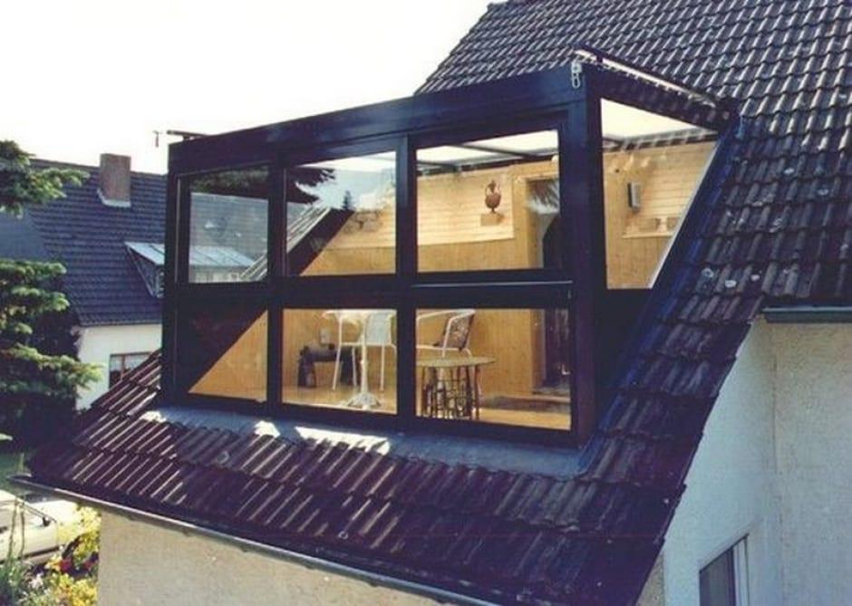 Zwarte glazen dakkapel